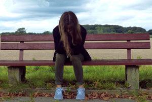 Mundgeruch Ursachen, Mundgeruch macht einsam, Mädchen auf Bank